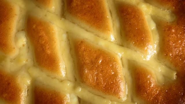 vídeos y material grabado en eventos de stock de delicioso pastel giratorio concéntrico en el sentido de las agujas del reloj - comida salada