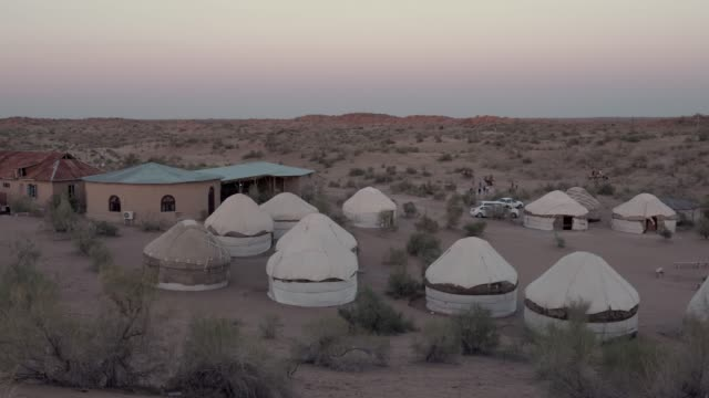 jurte-camp in kysylkum wüste - usbekistan stock-videos und b-roll-filmmaterial