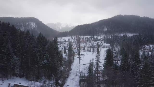 kış aylarında zakopane tatil kasabası - zakopane stok videoları ve detay görüntü çekimi