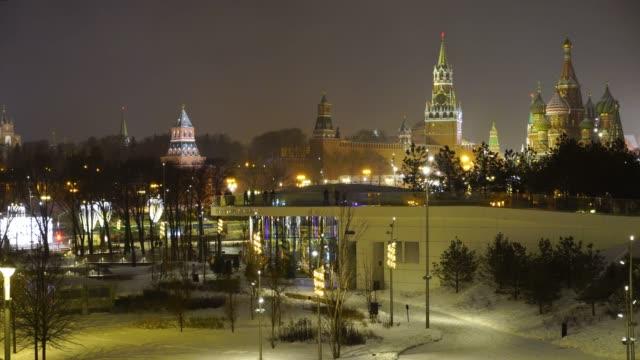 zaryadye park, moskva, ryssland. natt upplyst utsikt över kreml och den st basil's blessed katedralen - vasilijkatedralen bildbanksvideor och videomaterial från bakom kulisserna