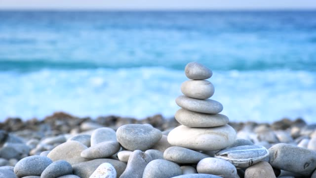 zen balanced stones stack - pietra roccia video stock e b–roll