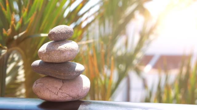 vidéos et rushes de fond de pierres zen en 4 k slow motion 60 images/s - roc