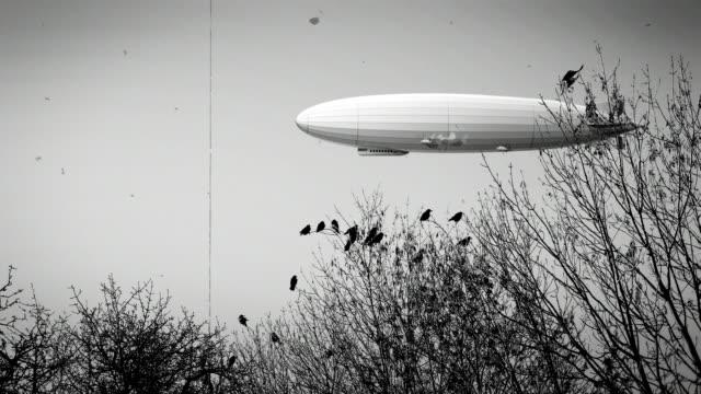 ravens sürüsü ile zeppelin hava gemisi, siyah ve beyaz retro stilizasyon, eski film - zeplin stok videoları ve detay görüntü çekimi
