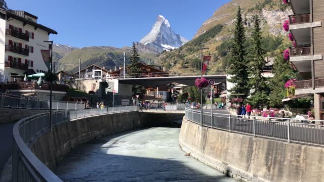 stockvideo's en b-roll-footage met zermatt stad met de achtergrond van de matterhorn in zwitserland - zermatt