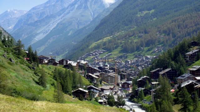 stockvideo's en b-roll-footage met zermatt mountain village van bovenaf - zermatt