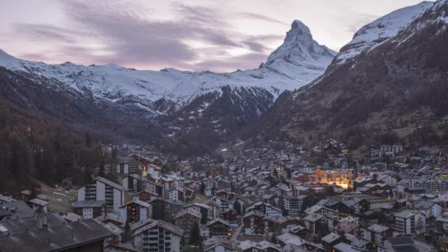 stockvideo's en b-roll-footage met zermatt zwitserland alpen matterhorn snow mountains zonsondergang winter, timelapse - matterhorn