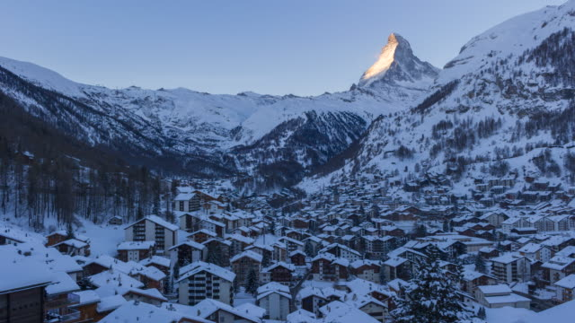 stockvideo's en b-roll-footage met zermatt dorp en matterhorn mountain op besneeuwde winter ochtend. zwitserse alpen, zwitserland - matterhorn