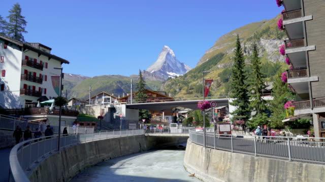 stockvideo's en b-roll-footage met zermatt dorp met matterhorn achtergrond - zermatt