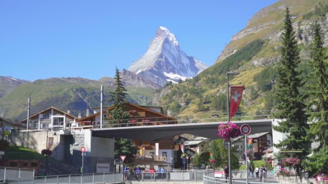 stockvideo's en b-roll-footage met zermatt dorp met matterhorn achtergrond - matterhorn