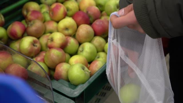 zero avfall mat shopping använda tyg påse: en livsmedels butik - food waste bildbanksvideor och videomaterial från bakom kulisserna