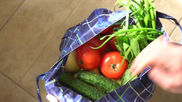 vídeos de stock e filmes b-roll de zero waste grocery shopping. reusable vegetable produce cotton bag - comida sustentavel