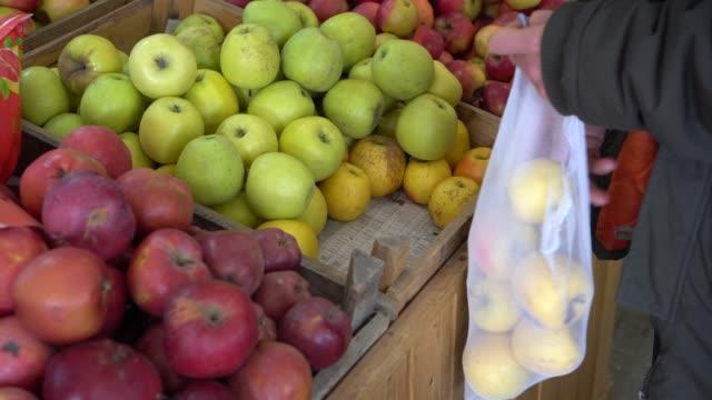 vídeos de stock e filmes b-roll de zero waste reusable produce bag - comida sustentavel
