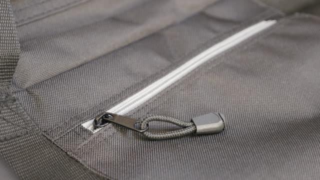 reißverschluss und stoff der reisetasche detaillierte langsame neigung 4k - kurzwaren stock-videos und b-roll-filmmaterial