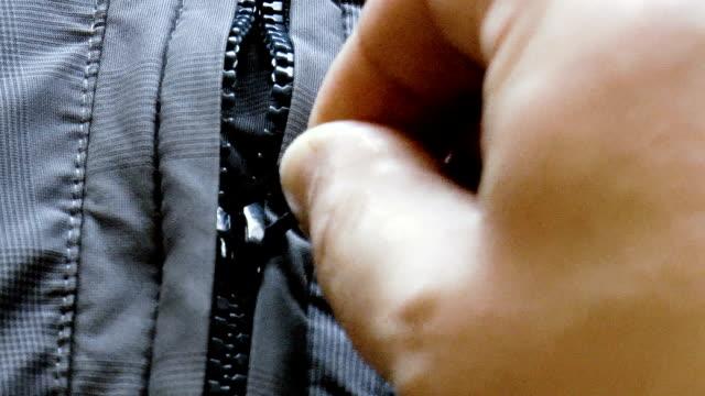 vídeos y material grabado en eventos de stock de encierro de la cremallera de la chaqueta - abrigo