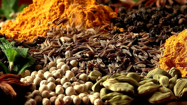 Zira fray. Mixing spices. video