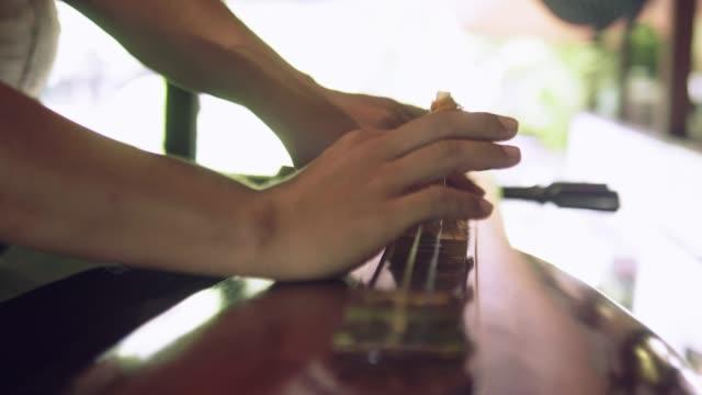 vídeos de stock, filmes e b-roll de cítara tailândia instrumento. - música acústica