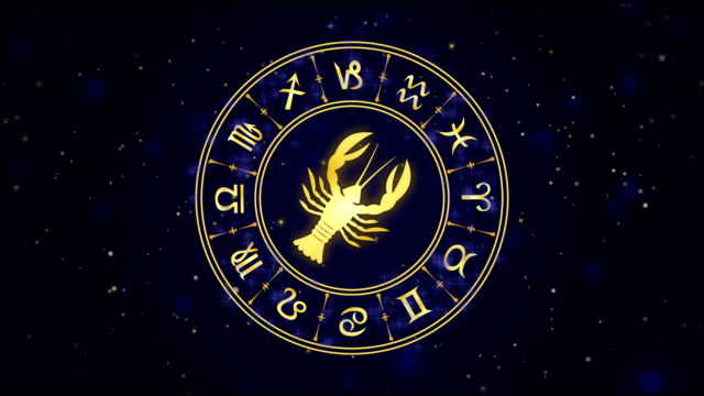 vídeos de stock e filmes b-roll de zodiac sign cancer and horoscope wheel on the dark blue background - astrologia