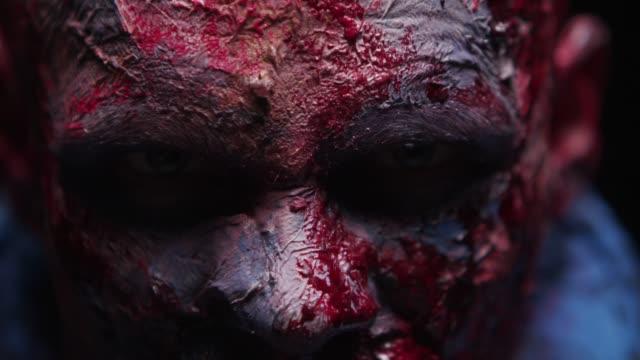 zombie maniac is scary of his teeth trying to bite - potwór filmów i materiałów b-roll