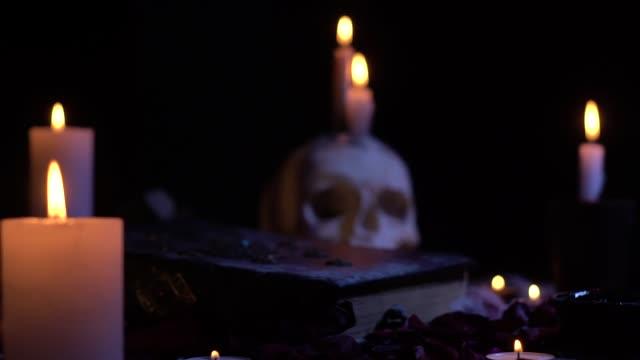 Zoom, Bücher und Schädel mit Kerzen – Video