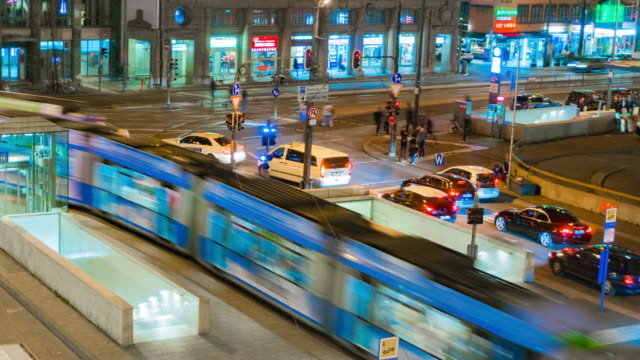 zoom in 4k time-lapse :nightlife transport in munich ,germany - movimento rapido video stock e b–roll