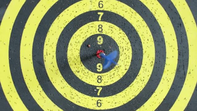 zoom in arrow in center of target board hang on wall video