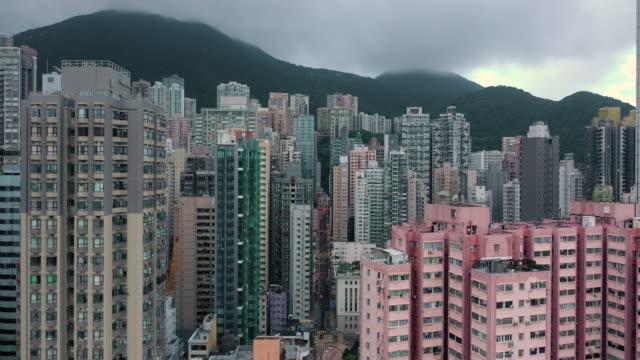 stockvideo's en b-roll-footage met zoom in van de drukke wolkenkrabber building aerial view in real time - hongkong