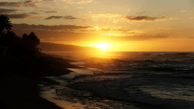 ハワイのサンセットビーチで夕日にズームインします。 - ハワイ点の映像素材/bロール