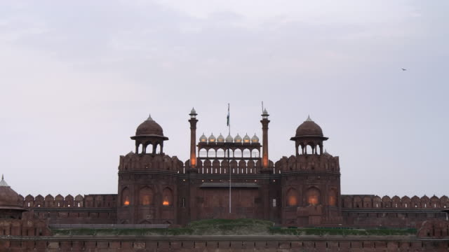 zoom in on red fort at dusk in old delhi - nowe delhi filmów i materiałów b-roll