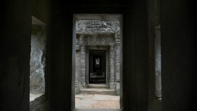 zoom in schuss eines korridors von preah khan tempel - kambodschanische kultur stock-videos und b-roll-filmmaterial