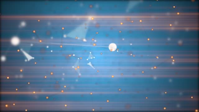 vídeos y material grabado en eventos de stock de acérquese a través de estrellas doradas y blancas, partículas desenfocadas y conexiones lineales sobre fondo azul con rayos láser brillantes horizontales. - constelación