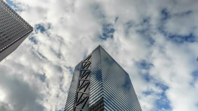 4k ズームイン タイムラプス シティスケープオフィス(東京、西新宿) - ローアングル点の映像素材/bロール