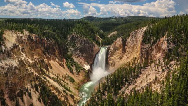 vídeos de stock, filmes e b-roll de zoom de intervalo de tempo da cachoeira do rio yellowstone - erodido
