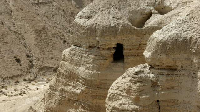zoom im hinblick auf 4q höhle bei qumran in israel - tora stock-videos und b-roll-filmmaterial
