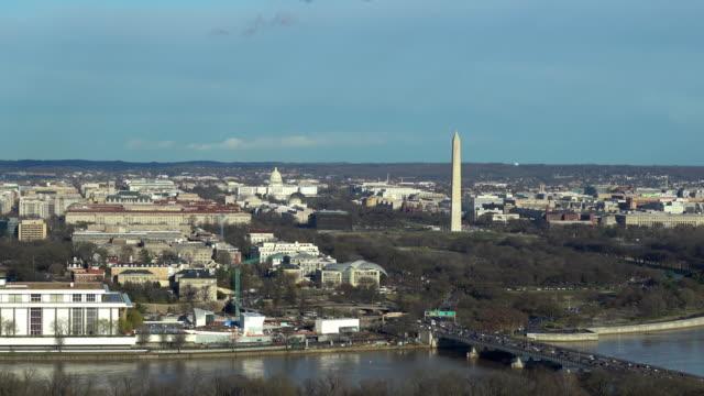 zooma ut aerial hög vinkel vy över washington dc national mall med lincoln memorial washington monument och usa capitol. - dom bildbanksvideor och videomaterial från bakom kulisserna