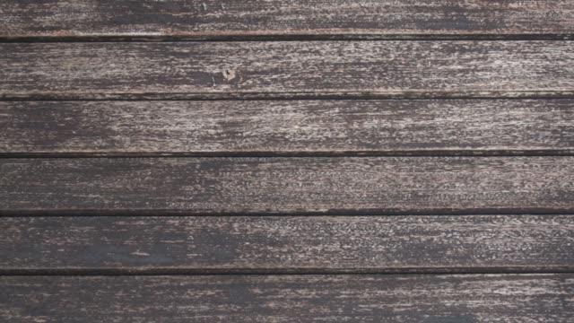 vidéos et rushes de effectuer un zoom arrière gros plan sur la texture tiled de bois foncée - bois texture
