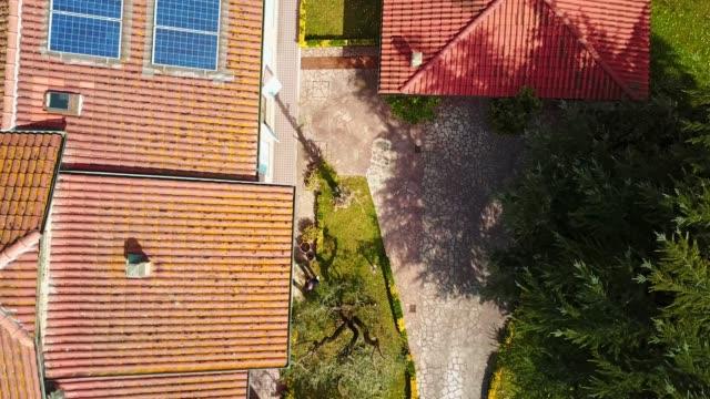 vídeos de stock, filmes e b-roll de zoom de uma casa com painel solar - europa locais geográficos