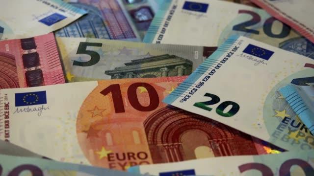 verkleinern sie, haufen von euro - euros cash stock-videos und b-roll-filmmaterial