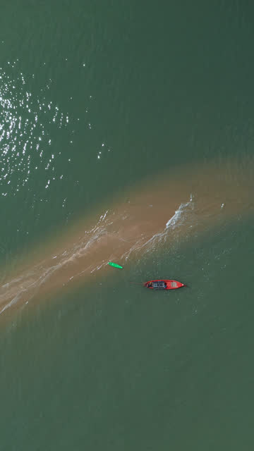 zooma ut roterande av lokal longtail båt på sanddyner - turistbåt bildbanksvideor och videomaterial från bakom kulisserna