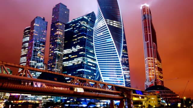 zooma ut timelapse hyperlapse av moscow city internationella affärsdistrikt på natten - moskva bildbanksvideor och videomaterial från bakom kulisserna