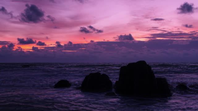 4k zooma ut timelapse. klippor på vackra paradis stranden vid phang-nga bay, thailand. - high dynamic range imaging bildbanksvideor och videomaterial från bakom kulisserna