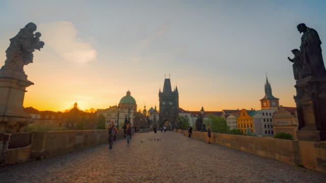 vidéos et rushes de zoom out time-lapse: lever de soleil à chales bridge prague old town tour république tchèque rivière - prague