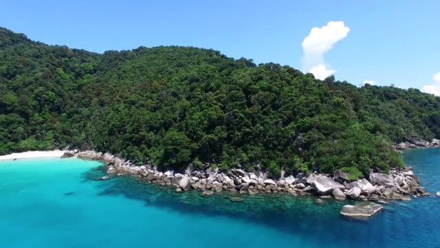 stockvideo's en b-roll-footage met luchtfoto beeldmateriaal perhentian ingezoomd - baai