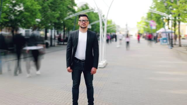 屋外に立つスタイリッシュな服を着たビーズ男のズームインタイムラプスポートレート - あごヒゲ点の映像素材/bロール