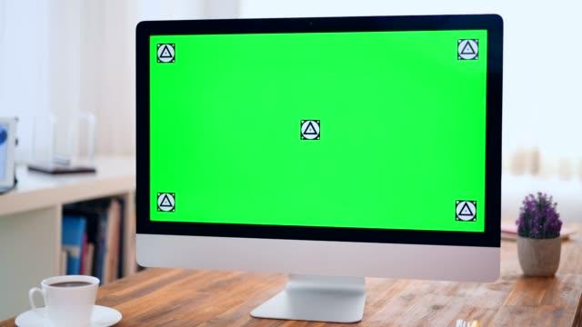 vídeos de stock e filmes b-roll de zooming in desktop computer at office - aproximar imagem