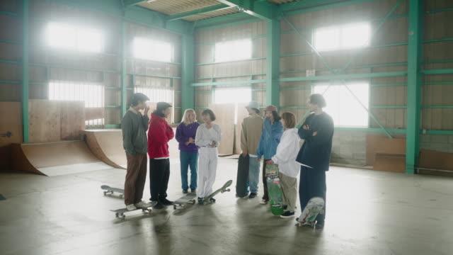 zooma in på en stor grupp glada japanska åkare på skate park - skatepark bildbanksvideor och videomaterial från bakom kulisserna