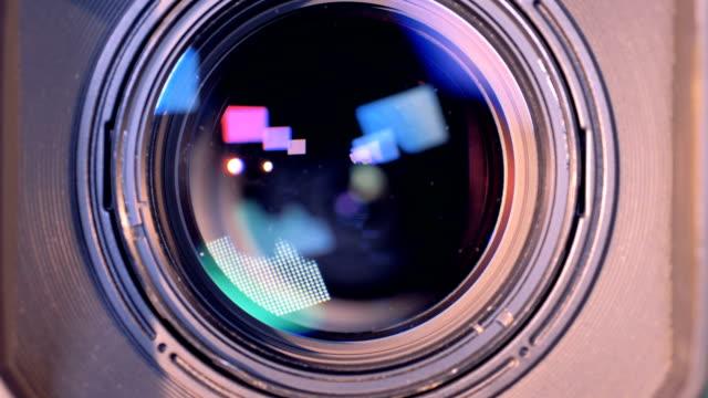 vidéos et rushes de processus de zoom-out d'un caméscope interne de l'objectif de sa fin vers le haut - verre optique