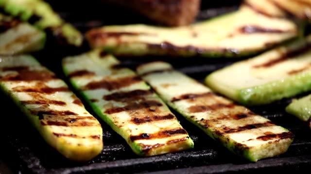 zucchine su griglia - melanzane video stock e b–roll